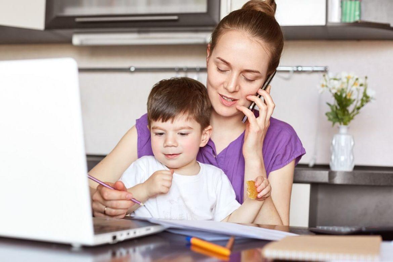 mama s dieťaťom vypĺňa dokumenty pre Kindergeld