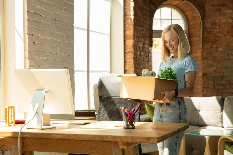 mladá žena v novej práci v kancelárii