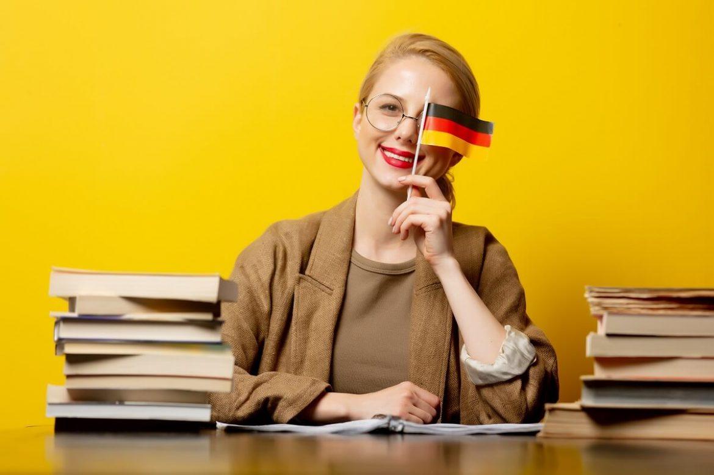 žena sa učí nemecké slovíčka pre prácu